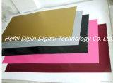 Лазерная гравировка двойной цветной лист в руках, реклама