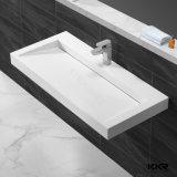 白い浴室の固体表面の支えがない洗面器