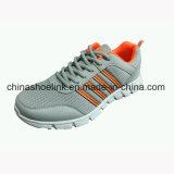중대한 신발 운동화가 다채로운 남자 스포츠에 의하여 구두를 신긴다