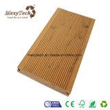 Um deck com varanda, WPC Flooring com aparência de grãos de cor