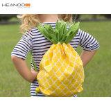 Bonitinha crianças raparigas Galpão de cordão sacos de ananás