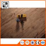 PVC床の敷物か木によって浮彫りにされるフロアーリングまたはビニールシート