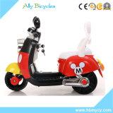 電気手段乗で小型赤ん坊はオートバイまたはスクーターの昇進をからかう