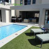 수영장은 인공적인 잔디밭 가정 집을%s 장식적인 뗏장 합성 잔디 편든다