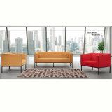 Área pública de la oficina que espera el sofá de cuero de madera de la combinación