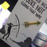 卸し売りOEMの習慣によってめっきされる金属の剣の矢の折りえりPin