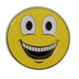 Concevoir l'insigne en fonction du client de face de sourire pour la promotion