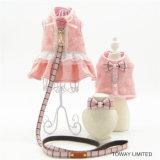 Милый розовый любимчик платья собаки одевает проводку с руководствами