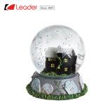 De met de hand geschilderde Bol van de Sneeuw van de Hars met Aangestoken Huis Waterball voor de Decoratie en de Herinnering van het Huis, maakt Uw Eigen Sneeuwbal