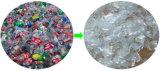 La bottiglia di acqua minerale si sfalda riga di lavaggio fredda