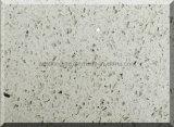 L'étincelle blanche colore la surface solide en pierre de quartz