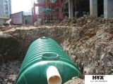 Regen-Speicher-Becken gebildet worden durch Fiberglas verstärkten Plastik