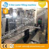 Botella grande de 10 litros de agua llenando las máquinas de producción
