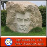 Estatua de piedra labrada con esculturas de Personajes Famosos