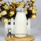 100ml, 250ml, 500ml, 1000ml annullano intorno alle bottiglie di vetro del latte con il coperchio di plastica