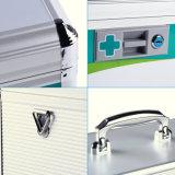 ベルトの銀が付いている収納箱をロックする救急処置ボックス