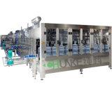 Bottiglia di acqua minerale di plastica che fa macchina con l'unità di salto