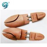 デザインによってカスタマイズされる木の靴の木を使用して簡単
