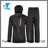 Il vestito della pioggia per gli uomini impermeabilizza l'indumenti impermeabili incappucciato