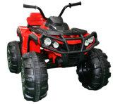 Conduite des gosses ATV sur le jouet de véhicule avec à télécommande