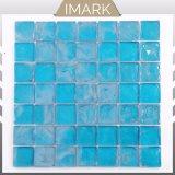 プールのモザイク・タイルのための安い価格の青いガラスモザイク