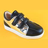 Il nero piano pianamente in linea Metalli della gioventù della ragazza scherza le scarpe da tennis