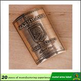 ワイン・ボトルのラベルによって浮彫りにされる金属のラベルのワイン・ボトルの粘着性があるラベル
