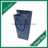 Envases de vino blanco brillante de las bolsas de papel con asas