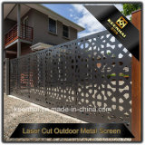 Villa al aire libre cerca de la puerta de aluminio