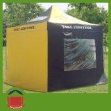 يطبع يطوي خيمة مع زبونة علامة تجاريّة