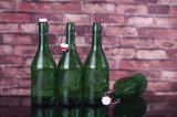 Bottiglia di vetro della parte superiore su ordine dell'oscillazione per spremuta, acqua, latte