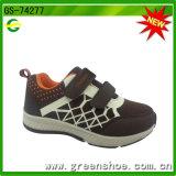 Pattini della scarpa da tennis del ragazzo di sport di azione