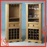 Las vitrinas de madera con el almacenamiento del vino