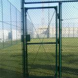 フットボール競技場の演劇の地上のチェーン・リンクの塀