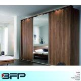 Wardrobe de madeira da mobília com espelho