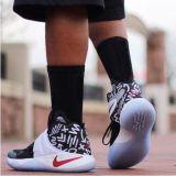 Ungerade farbige strickende Socke in den Nadelstreifen-Mann-Form-Art-flippigen Socken