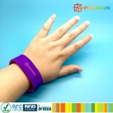 Braccialetto astuto del Wristband del silicone della sosta NTAG213 RFID dell'acqua