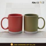 Tasse en céramique colorée par qualité d'usine d'OEM avec le traitement