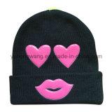 PVCパッチが付いている方法によって編まれる冬の帽子の帽子か帽子
