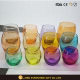 Чашка выпивая стекла воды чашки яичка светлого цвета форменный