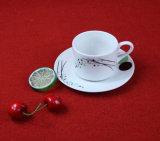 La tazza ed il piattino di ceramica occidentali dell'insieme di pranzo hanno impostato per gli articoli per la tavola del padellame