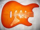 注文の絵画が付いているギターボディ