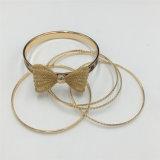 De glanzende Gouden Armband van het Metaal die met Boog wordt geplaatst