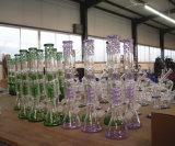 紫色および緑色のビーカーの煙る管