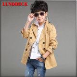 Пальто вскользь мальчика в куртке способа хорошего качества