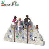 Crianças de expansão na parede de escalada alpinistas quintal