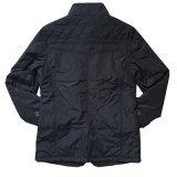 ナイロンコートの衣類の人の方法ジャケット