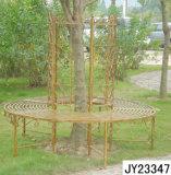 За круглым столом дерева сиденья