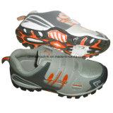 人および女性のための靴をハイキングする熱いスポーツ