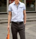 Gli uomini di alto livello mettono la camicia in cortocircuito